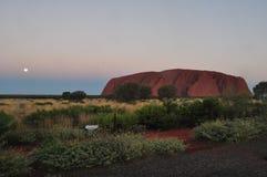 Le coucher du soleil dans des ayers d'Uluru basculent, centre rouge australie photographie stock