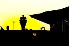 Le coucher du soleil dans l'arport Pulkovo-1 dans Petersburgh (Russie) Photographie stock libre de droits