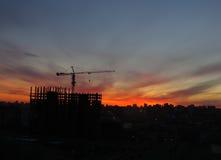 Le coucher du soleil dans la ville à Oufa photographie stock libre de droits
