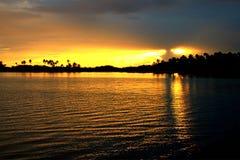 Le coucher du soleil dans le Tuamotu est Images stock