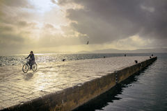 Le coucher du soleil dans le vélo Image libre de droits