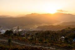 Le coucher du soleil dans les montagnes aménagent en parc, iceberg de baquet de Phu Photo stock