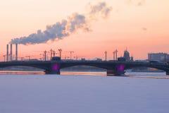 Le coucher du soleil de février au-dessus du pont d'annonce St Petersburg, Russie Image libre de droits