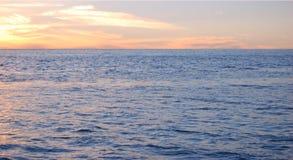 Le coucher du soleil de l'océan Photo stock