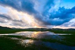 Le coucher du soleil de lac Photographie stock libre de droits
