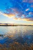 Le coucher du soleil de lac et de cloudscape Images libres de droits