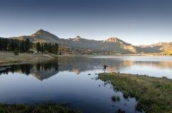 Le coucher du soleil de lac mountain de yoga se reflètent Photo libre de droits