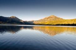 Le coucher du soleil de lac mountain se reflètent Images libres de droits