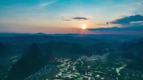 Le coucher du soleil de montagnes banque de vidéos