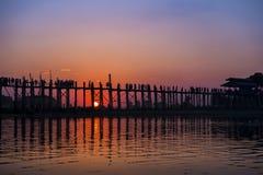Le coucher du soleil de pont en bois au beng d'u Images stock