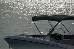 Le coucher du soleil de scintillement sur le bord de la mer d'un bateau de croisière Images libres de droits