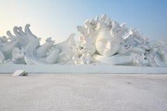 Le coucher du soleil de sculpture en fille de neige Photo stock