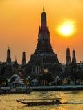 Le coucher du soleil de Wat Arun Tempe d'aube Photo stock