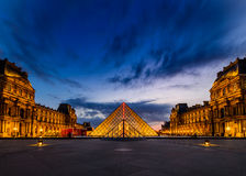 Le coucher du soleil du musée de Louvre image libre de droits