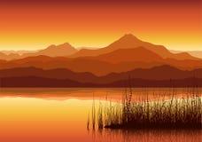 Le coucher du soleil en montagnes s'approchent du lac Images stock