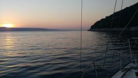 Le coucher du soleil est le plus beau du bateau photographie stock libre de droits