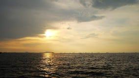 Le coucher du soleil et la mer regardent le clip vidéo de longueur de paysage banque de vidéos