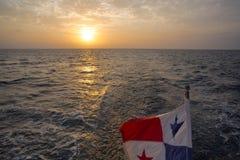 Le coucher du soleil et le Panama marquent l'ondulation avec la mer dans l'éclaboussement Isla de San Image libre de droits
