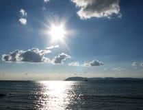Le coucher du soleil fantastique d'océan de mer d'indigo opacifie la photo de paysage de ciel Photographie stock