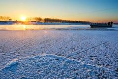 Le coucher du soleil gelé de rivière Images libres de droits