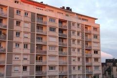Le coucher du soleil illumine la façade d'un bâtiment résidentiel (les Frances) Image libre de droits
