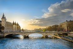 Le coucher du soleil illumine le pont du changement (Au Changeux de Pont) Image libre de droits