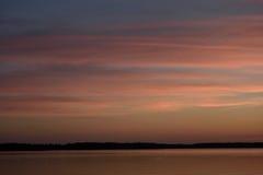 Le coucher du soleil a mélangé le lac d'or de lever de soleil et le ciel bleu de rose Image stock