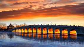 Le coucher du soleil magique du pont 17-Arch, palais d'été, Pékin Photos libres de droits