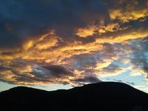 Le coucher du soleil, montagnes, roches, l'été finit images libres de droits