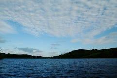 Le coucher du soleil opacifie au-dessus d'un lac irlandais près de Castlebar Photographie stock libre de droits