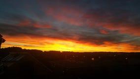 le coucher du soleil opacifie l'horizon Images stock