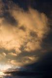 Le coucher du soleil opacifie la pluie ensuite images libres de droits