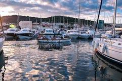 Le coucher du soleil opacifie la réflexion dans les eaux de marina Images libres de droits