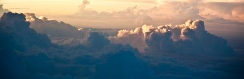 Le coucher du soleil opacifie la vue de ciel de l'avion Images libres de droits