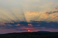 Le coucher du soleil opacifie le bleu rouge pourpre de ciel Photos stock