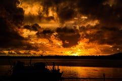 Le coucher du soleil plus de voient et les nuages impressionnants photos stock