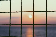 Le coucher du soleil rencontre l'océan Image libre de droits