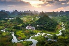 Le coucher du soleil renversant au-dessus des formations de karst aménagent en parc près de Yangshuo ch Photographie stock libre de droits