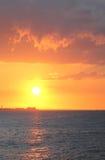 Le coucher du soleil rouge lumineux à l'océan Photo libre de droits