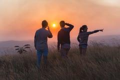 Le coucher du soleil rural de personnes les explorent Photos libres de droits