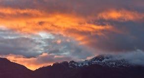 Le coucher du soleil sauvage colore la haute dans les montagnes, Himalaya, Népal images libres de droits