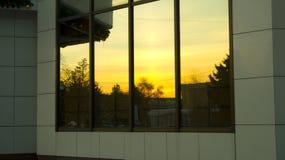 le coucher du soleil se reflète dans la fenêtre photographie stock libre de droits