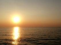 Le coucher du soleil : Shodow en mer Image stock