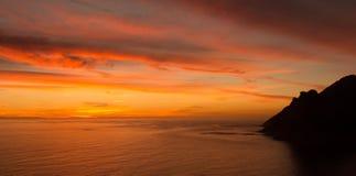 Le coucher du soleil spectaculaire de rouge et d'or au-dessus de Hout aboient photo libre de droits