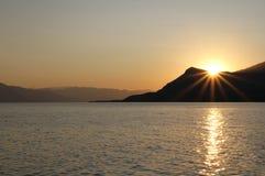 Le coucher du soleil sur des alcoolos échouent, Evia, Grèce du nord Photos stock