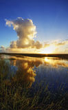 Le coucher du soleil sur l'Airboat traîne dans les marais de la Floride Photos libres de droits
