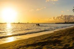 Le coucher du soleil sur l'océan dans Maui Photos stock