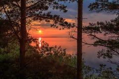 Le coucher du soleil sur la Volga, le soleil place au-dessus de l'horizon Image stock
