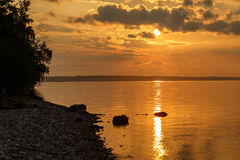 Le coucher du soleil sur la Volga, le soleil place derrière l'horizon Image libre de droits