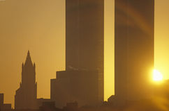 Le coucher du soleil sur le commerce mondial domine, New York City, NY Photo stock